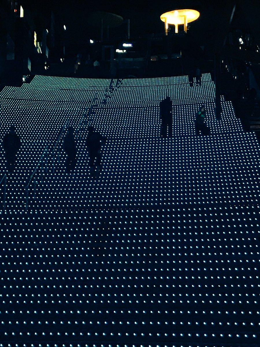京都駅の大階段で自らドット絵になるひとたち