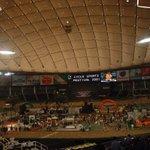 Image for the Tweet beginning: 東京ドームは野球で100回以上、プロレスで数回、あとケイリンを見に行ったことある。後楽園競輪場の跡地に建てられてるので、いつでも自転車競技ができるようにバンクが格納されてるんだよ。外野席の足元が空洞感あるのはバンク設置で可動するため。