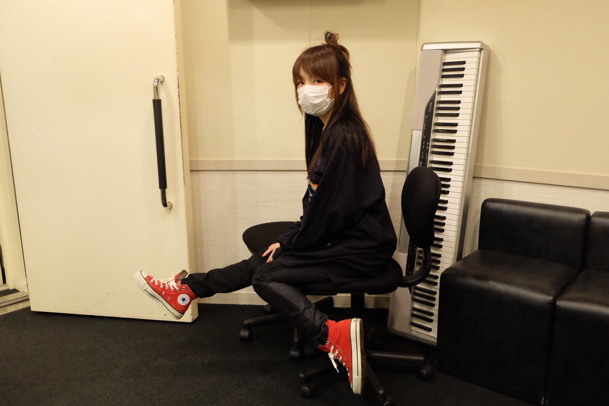 aiko椅子に座ってお茶目なポーズ