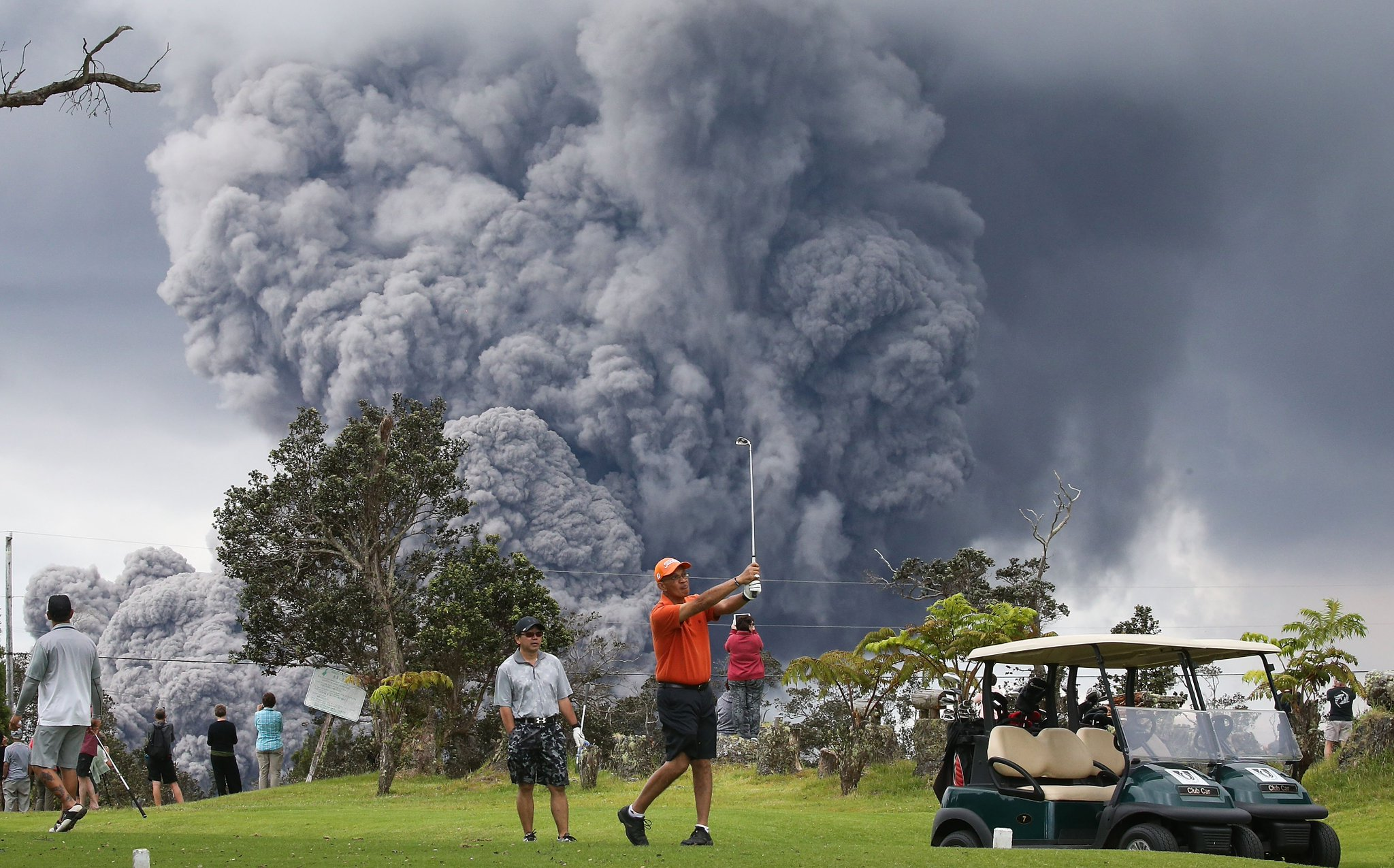 Unreal photo. People golf as an ash plume rises from the Kilauea volcano in Hawaii. (h/t @GettySport) https://t.co/zNaWUoPCMq