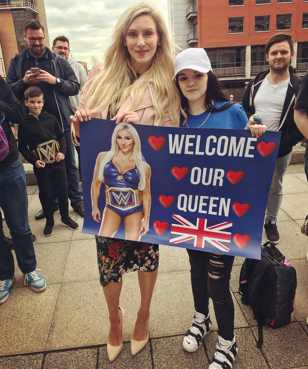 .@queenflair_ 😍🇬🇧 #wweliverpool