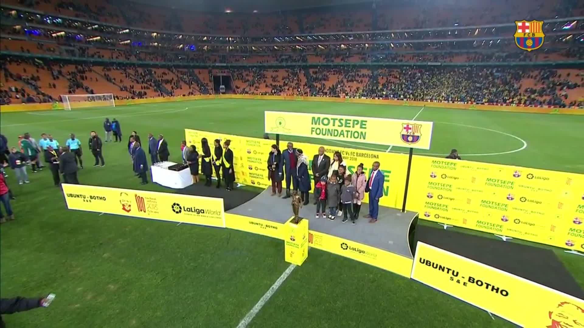�� @andresiniesta8 receives an award after the game #SundownsBarça https://t.co/qA4gailyak