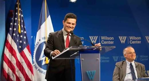 Mera coincidência... De todos os Títulos Honoris Causa recebidos por Lula em universidades estrangeiras, nenhum veio de universidade dos EUA. Todos os prêmios internacionais de Moro foram dados nos EUA...