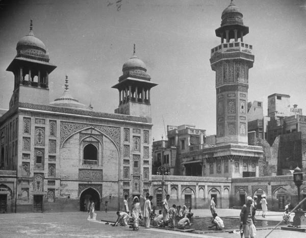 1940s :: Wazir Khan Mosque , Lahore      (Photo - Margaret Bourke/LIFE)    #RamzanMubarak <br>http://pic.twitter.com/lYFO2Uo9eq
