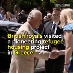 The Prince of Wales and the Duchess of Cornwall of The @RoyalFamily met some of the 700 refugees who have found safety on the Greek island of Crete trib.al/ITe0xSR