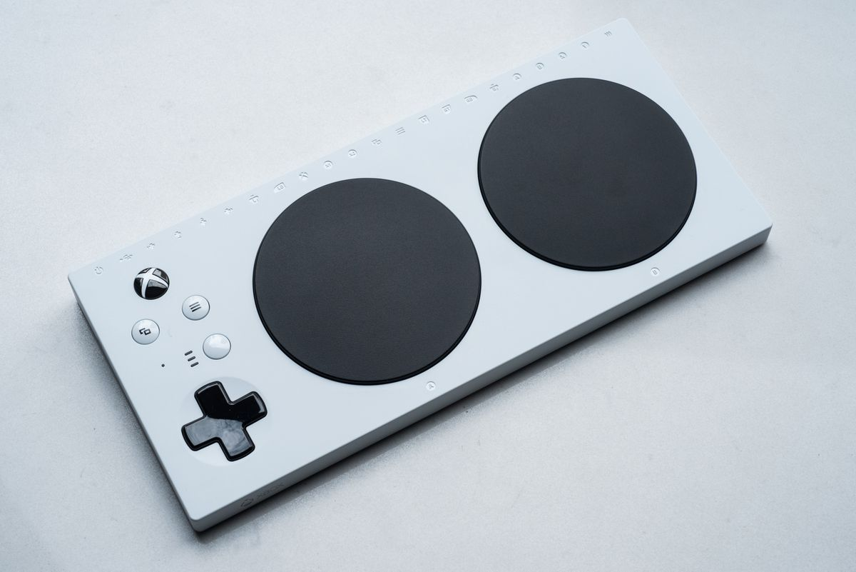 """Bravo, @Microsoft, tant per l'objectiu, com pel disseny  """"Microsoft revealed an affordable, elegant Xbox controller for people with disabilities""""  https:// mashable.com/2018/05/17/xbo x-adaptive-controller-price-specs/ &nbsp; … <br>http://pic.twitter.com/FkQY8RBZQd"""
