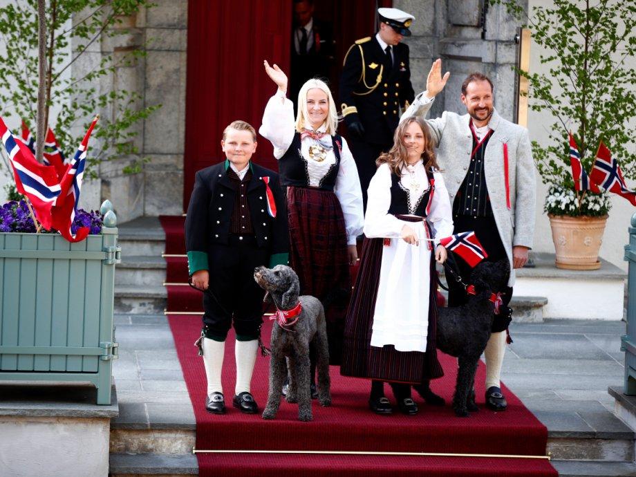 Праздничные Норвежцы национальные костюмы c121c2e49169f