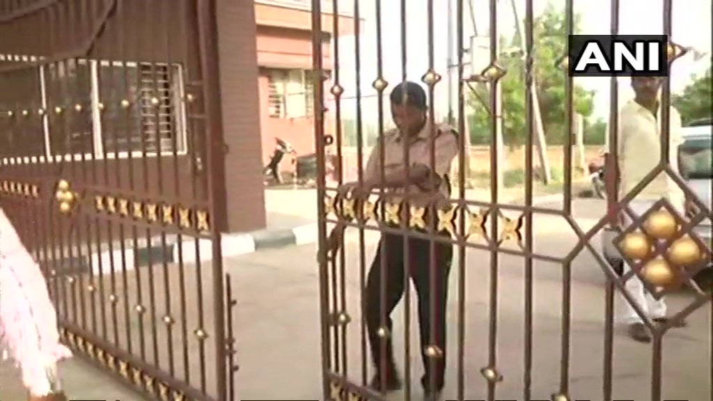 Visuals from outside Eagleton Resort near Bengaluru where Congress MLAs are lodged. Police forces stationed outside the resort have been removed. #KarnatakaElections