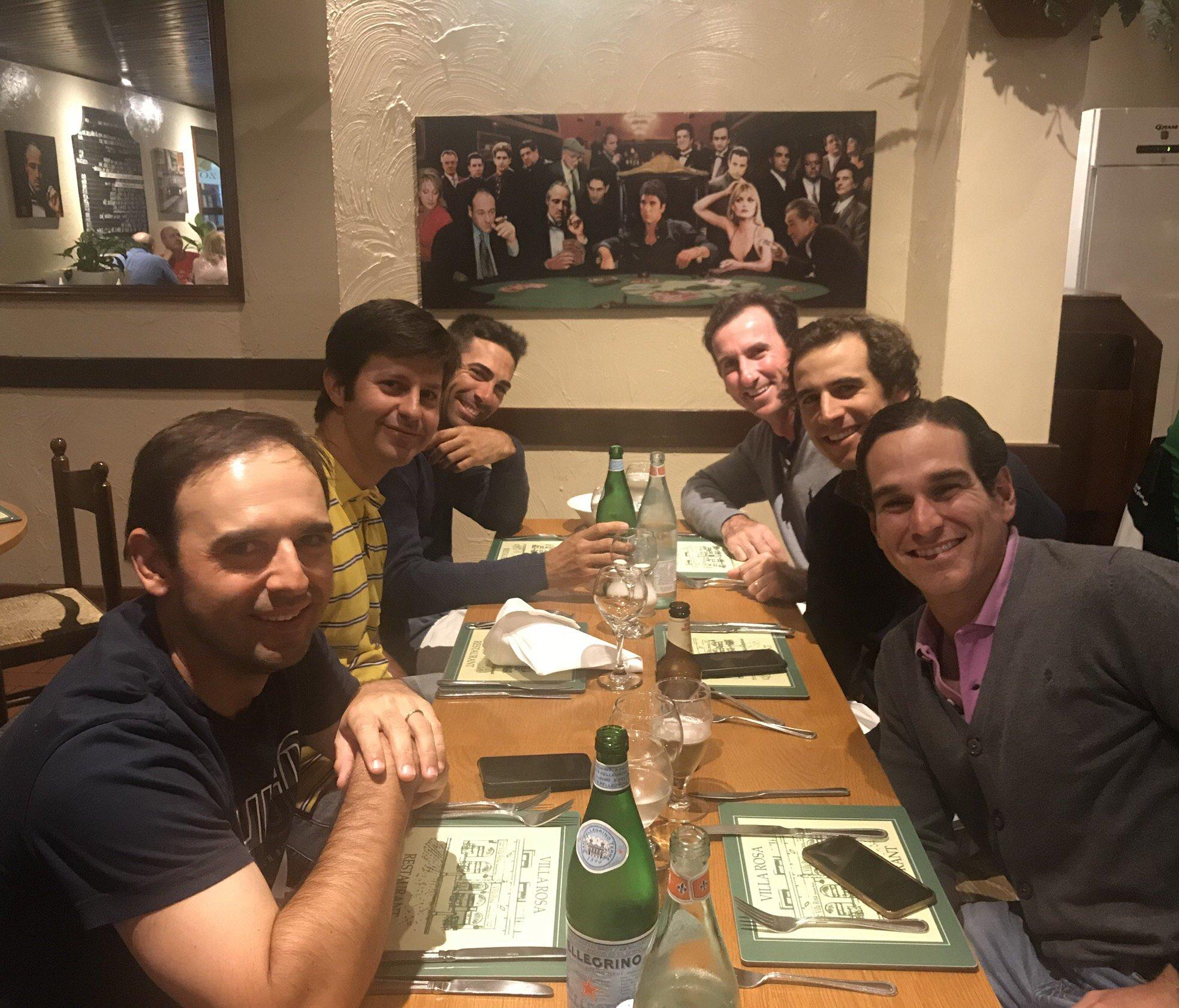 Cena de amigos bajo la atenta mirada de la cúpula del @PPopular https://t.co/MLOS6MfMYU