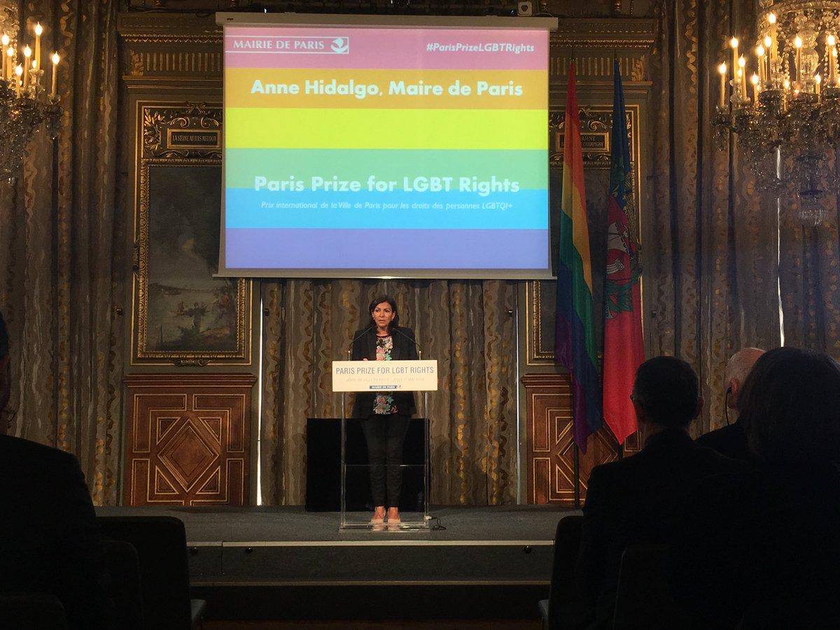 Anne Hidalgo remet le premier Paris Prize for LGBT Rights dans infos DdaHikoXUAAaLu7