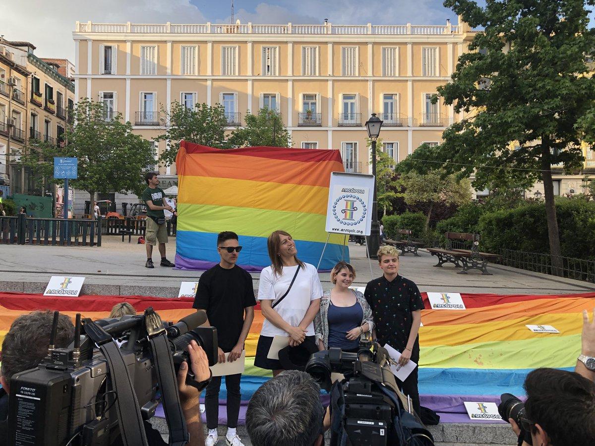Del arcoíris al negro, el movimiento LGTB se concentra en la Plaza de Pedro Zerolo contra la LGTBfobia