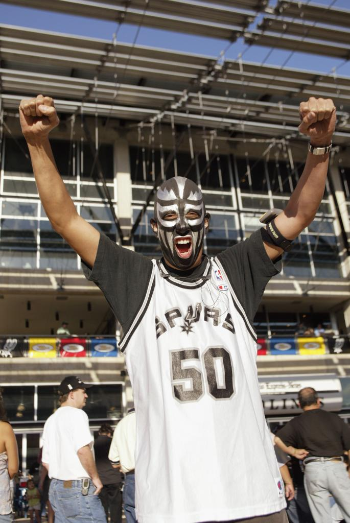 Love seeing those silver and black colors #SpursFamilyTBT
