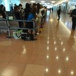 Image for the Tweet beginning: 暇だから国際線ターミナル来たけど、誰か来るみたいだ、芸能人⁉️🙄