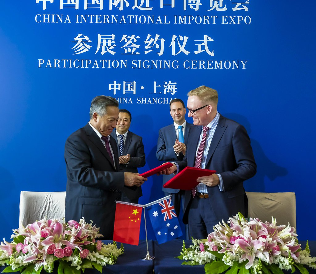 Minister @stevenciobo witnesses an MoU signing between @austrade and @ciieonline in Shanghai, highlighting Australia's commitment to the China International Import Expo in Nov #auschina trademinister.gov.au/releases/Pages…