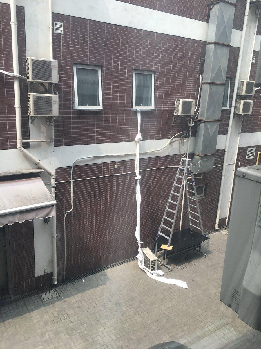 成田から飛行機に乗り、上海に着き、荷物が全然出てこなくてロスバゲしたかと勘繰り、タクシーに乗り。ややボられましたが、何とかホテルに着きました。 窓を開けたら向かいの部屋から誰かが脱走した形跡がありましたが、ぼくは元気です。