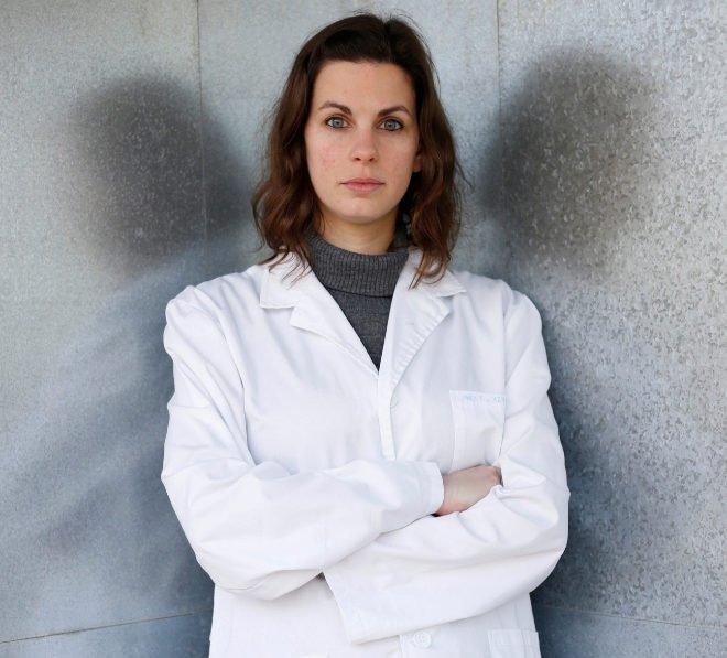 Irene (28 años), licenciada y con un máster. Investiga un tipo de cáncer infantil. Gana 985 euros al mes (14 pagas).