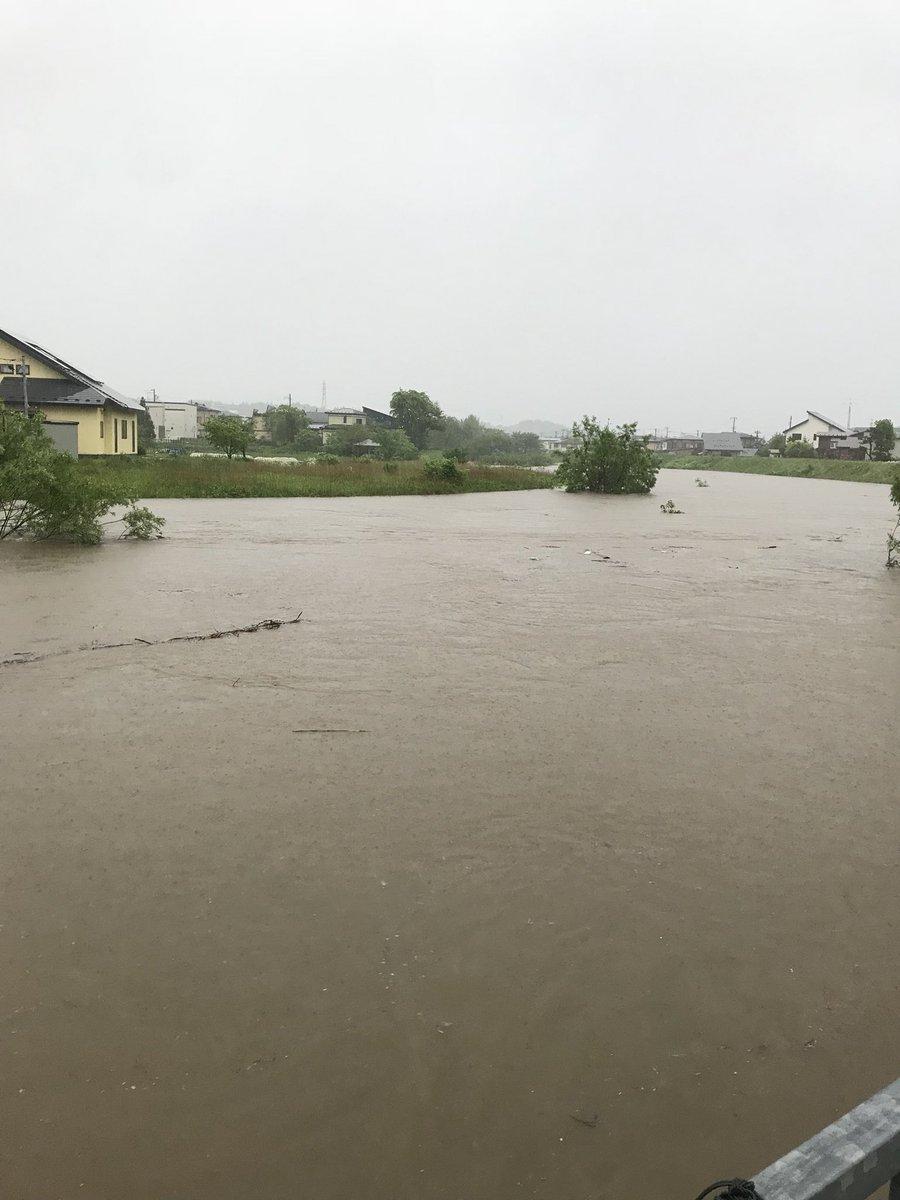 秋田が水没し川が氾濫寸前となっている現場の写真画像