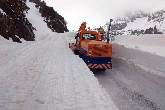 Paredes de más de dos metros de nieve todavía en Ordino Arcalís https://t.co/z8iszQGyUm