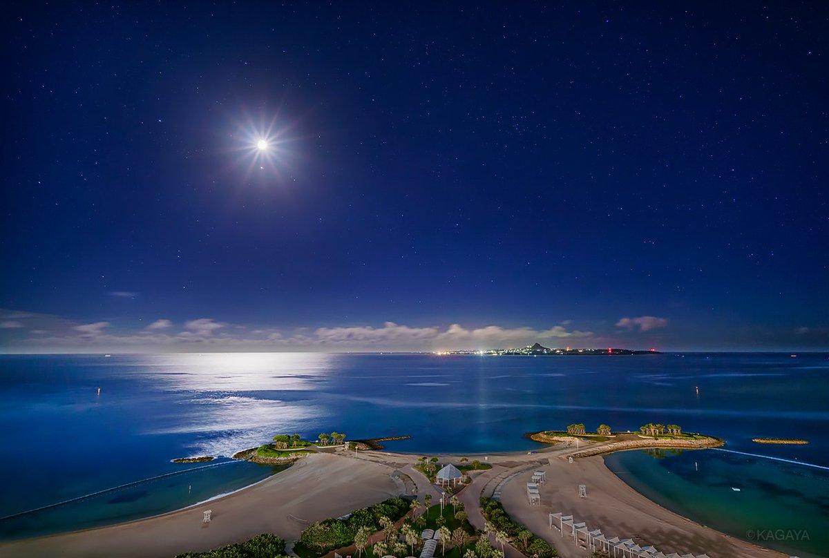 月夜のエメラルドビーチ。 静かな浜。流れる雲。いつまでも眺めていたい穏やかな場所。 (昨年沖縄にて撮影。通常夜間は入れませんが、今年も特別にここで星空観望会を開きます。)