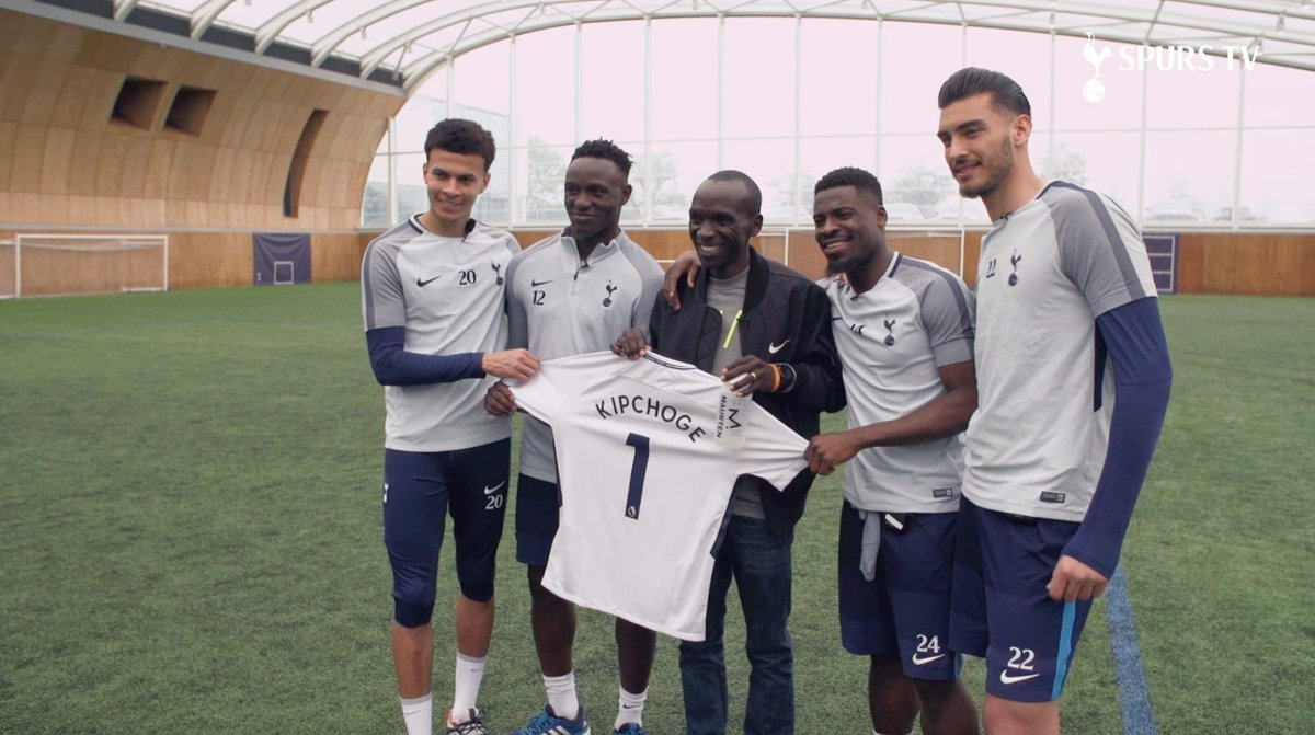 Going the extra mile with @MaurtenOfficial. 🏃 Shortly after winning the #LondonMarathon, @EliudKipchoge is welcomed to Hotspur Way. 👋 Ft. @VictorWanyama, @dele_official, @Serge_aurier, @GazzanigaPaulo and @HKane.