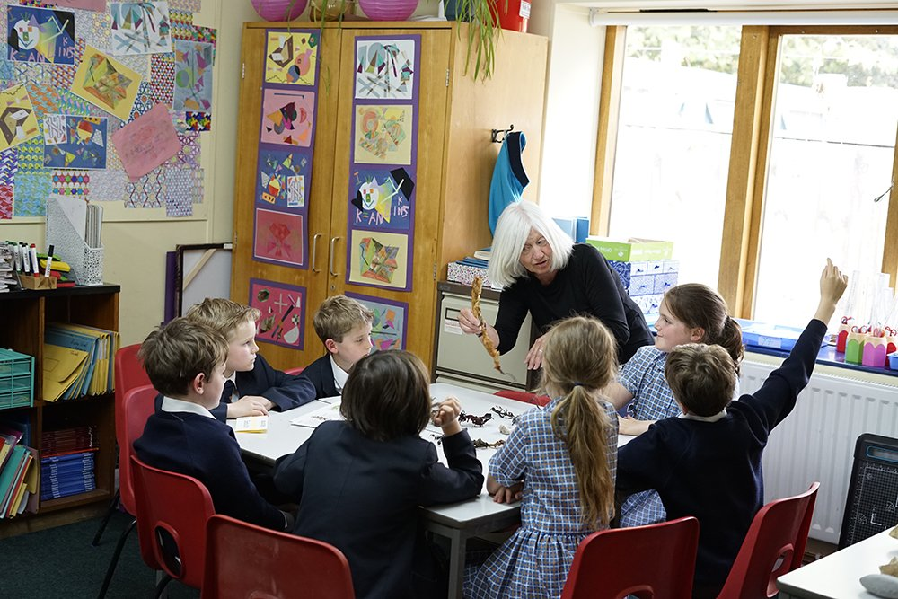 Year 5 Science with Maggie Sindall, retired Head of Science at Colyton Grammar School - exploring sea life and fossils. #Science #fossils https://t.co/tD392rMeRu