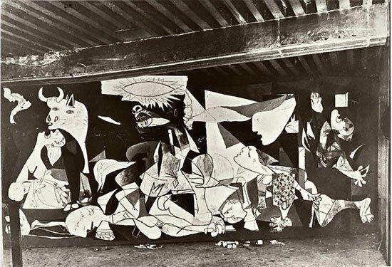 Twitter À¤ªà¤° Musee Picasso Paris Le Tableau Guernica A Ete Peint Sous Les Lumieres Des Projecteurs De Dora Maar Qui Photographiait Chaque Etape Du Tableau Picasso A Ainsi Peint Son œuvre En