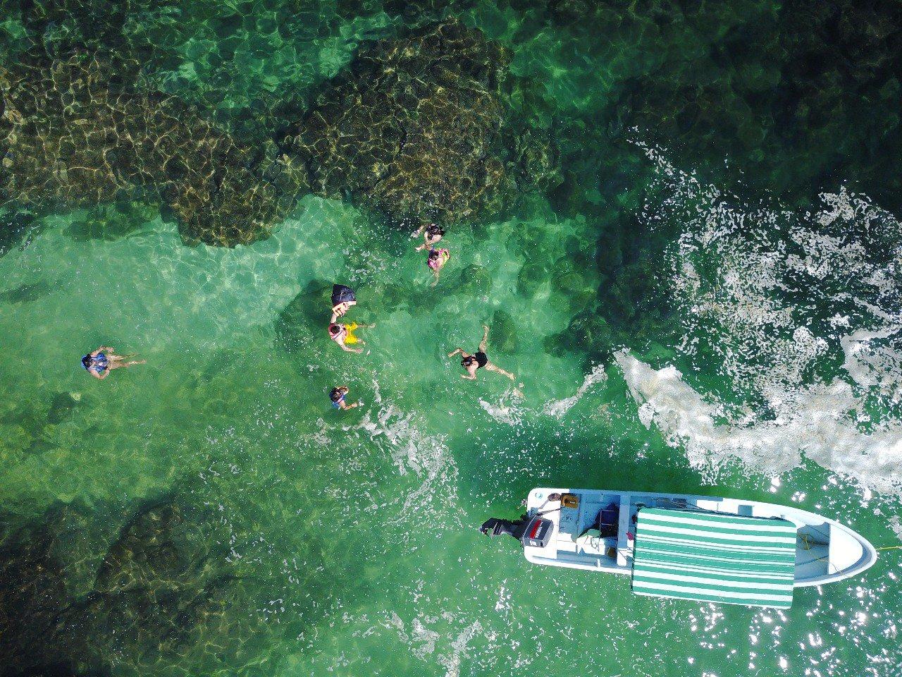 personas nadando en puerto angel