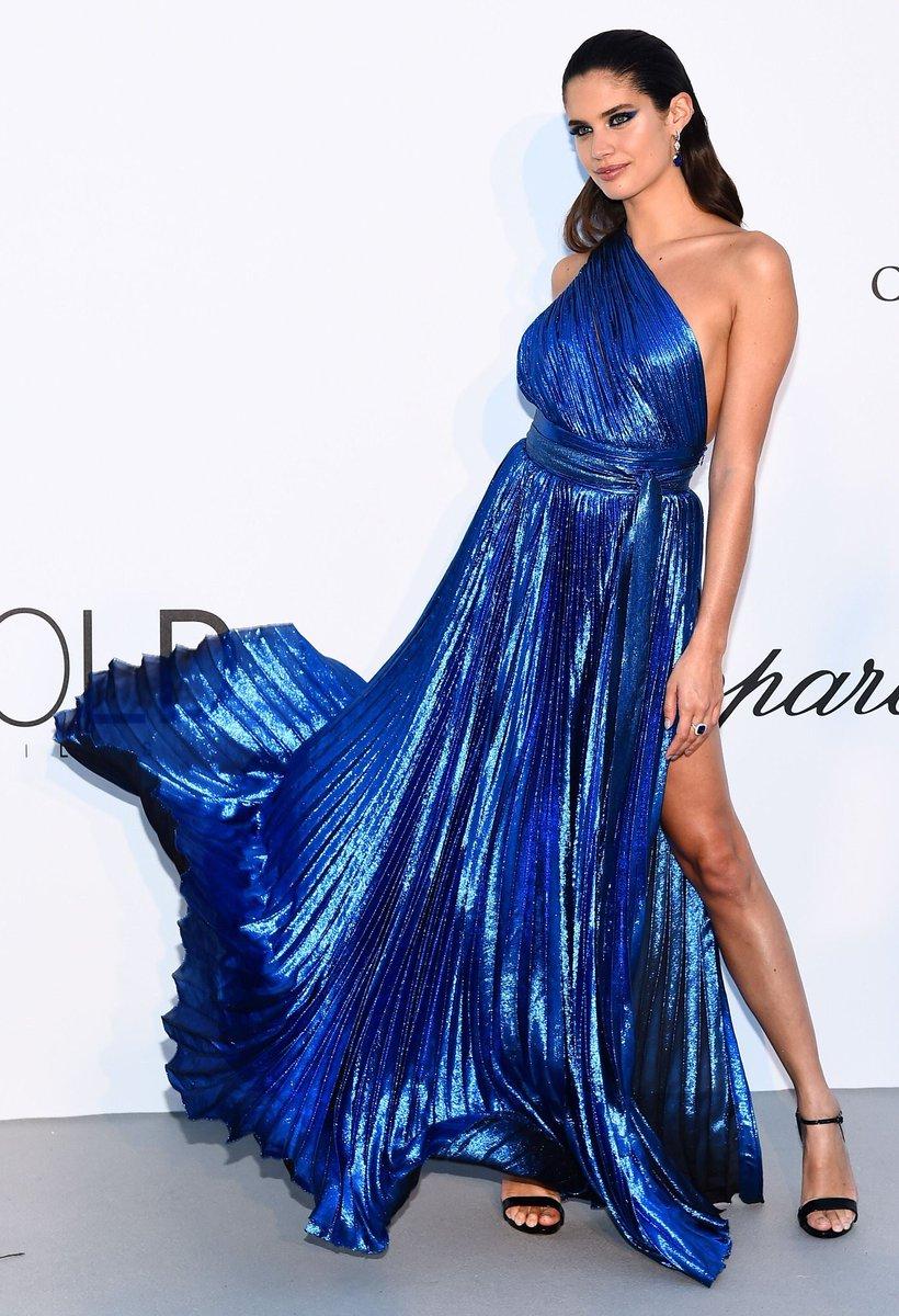 robe métallique bleue de soirée asymétrique Sara Sampaio