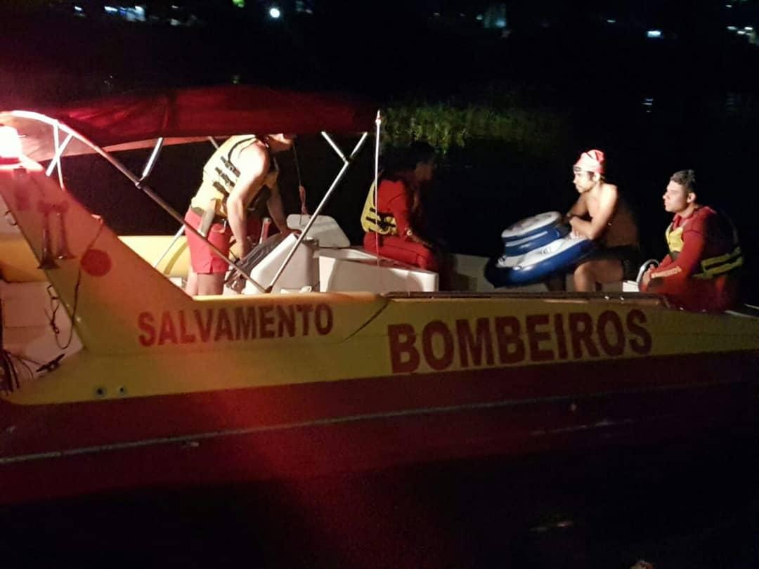 Os bombeiros Guarda-Vidas do #4GB do PB Aquático acabaram de fazer um salvamento na Represa de Guarapiranga. A vítima está bem e as lanchas, comandadas pelo Sgt Olair,  procuraram pela a vítima e a encontraram no meio da represa. #SaimosEm30s 🚒💨💪