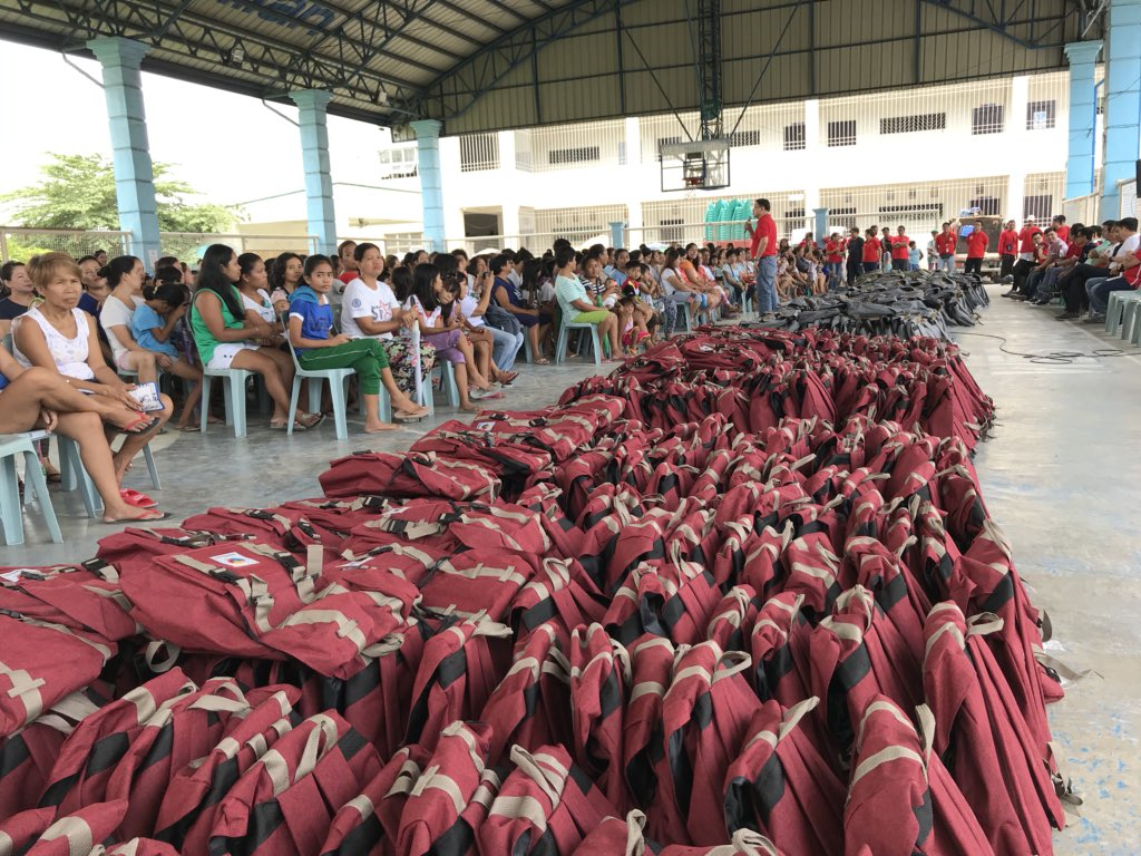 Look: Mayor @rex_gatchalian and city officials to distribute school kits in Barangay Malanday, this is part of our #Education360 Investment Program. Every year we give free school bags and school supplies in time for #BalikEskwela <br>http://pic.twitter.com/UQZ1xSeXFZ
