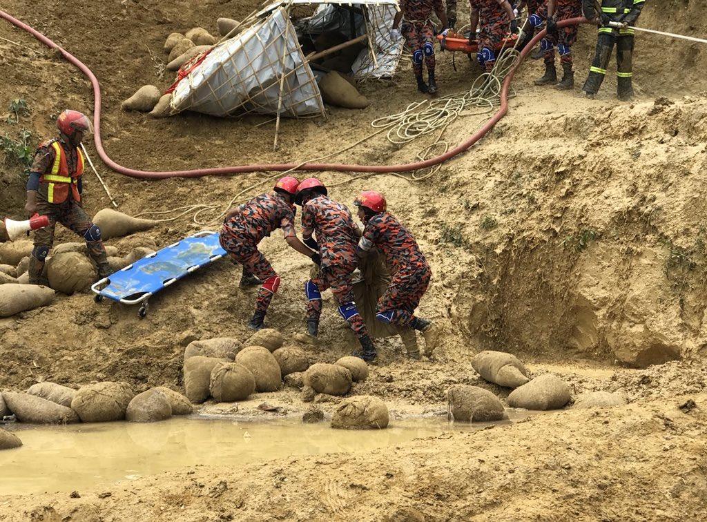 Impressive #landslide simulation organised by #Bangladesh army,with govt emergency services, UN & partner humanitarian responders, #Rohingya #refugee volunteers, held to test emergency response effectiveness.