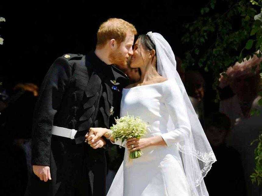 Ddj0DD9W4AIpn4  - Королевская свадьба: наряд Меган Маркл во всей красе