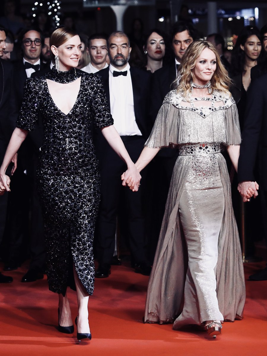 #CHANELinCannes — Vanessa Paradis and Kate Moran in CHANEL, Palais des Festivals. The House ambassador and leading actress was joined by her screen partner for the premiere of Yann Gonzalez's 'Knife + Heart' at #Cannes2018. More from the festival on  http:// chanel.com/-T_Cannes18-19  &nbsp;  <br>http://pic.twitter.com/Bp8m1H1Ztx