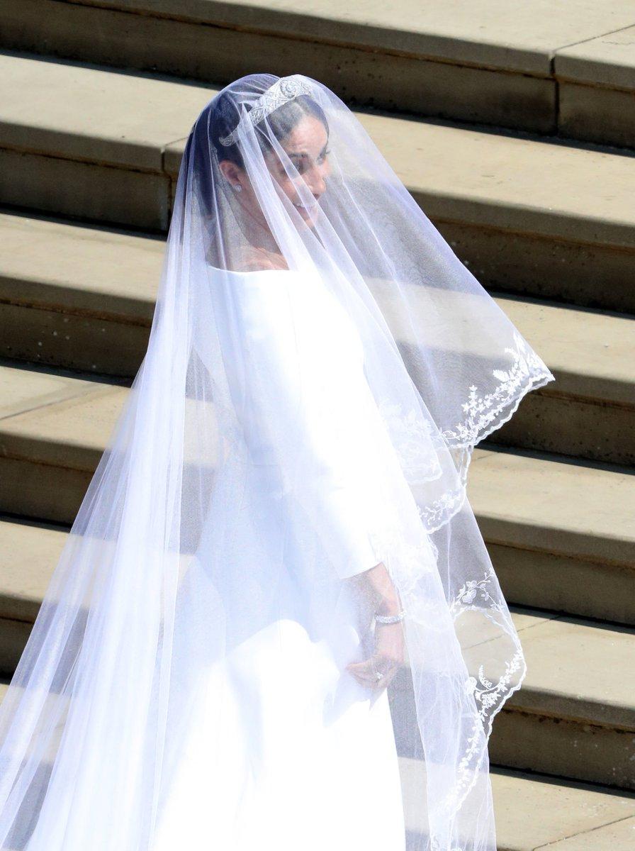 Aquí está, finalmente pudimos ver a #MeghanMarkle vestida de novia. https://t.co/GakbFUNyTG #BodaReal #RoyalWedding