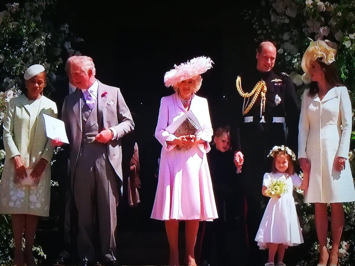 Ritratto di famiglia (reale). E il piccolo #George come al solito «non ce la può fare» 🤣 #RoyalWedding #HarryandMeghan #royalweddingconvanity
