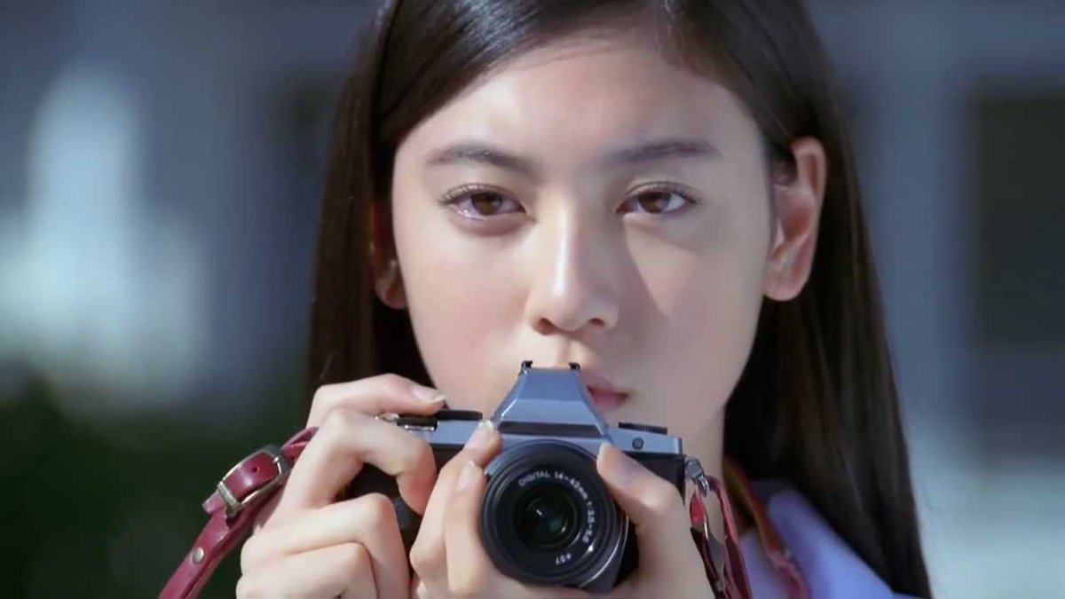 カメラを構える三吉彩花