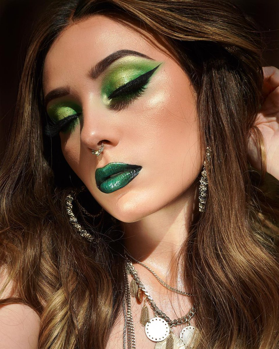 victorialyn (IG) is a green goddess in the #powerpigment Transform 💚