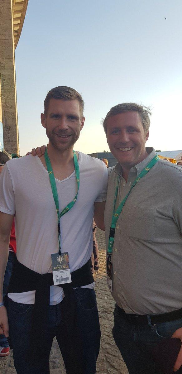An absolute pleasure to meet @DFB_Team_EN and @arsenal #legend @mertesacker at the @DFBPokal_EN #final in #Berlin yesterday. Pure gent. #BFG