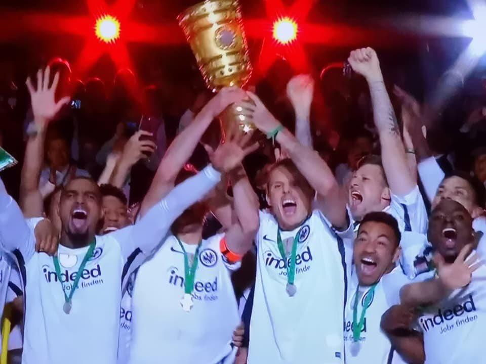 Jawoll, die Adler🦅 sind zurück & die Eintracht holt zum 5. Mal den Pokal!!!🏆🎉 So sehen Sieger aus...!🤗 #Pokalsieger #EintrachtFrankfurt #SGE #adler #dieRÜCKKEHR #totgeglaubtelebenlänger #sosehensiegeraus #DFB #nikokovac