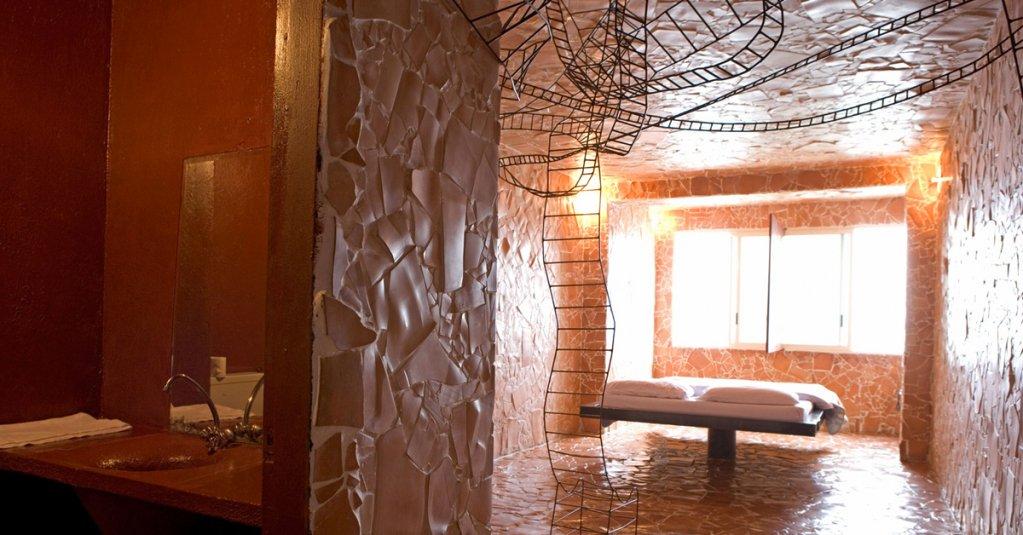#blogsicilia Terra e fuoco, una delle Camere d'arte dell'Atelier sul mare, firmata da Luigi Mainolfi.