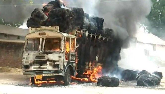 બનાસકાંઠા: સરકારી ઘાસ ભરીને જતા ટ્રકમાં લાગી આગ, લાખોનું નુકસાન