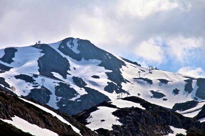 #Asturias. Este es el aspecto que presentaba ayer 19/5/18 la zona alta de @estacionfuentes #FuentesdeInvierno. Mucha nieve acumulada aún. (referencia: el bastón de la última foto mide 130cm) cc @StormHour @SnowHour @lugaresdenieve @infonieve