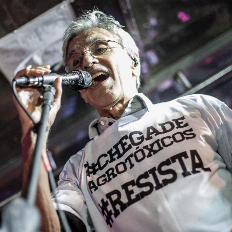 Durante a Virada Cultural de São Paulo, Caetano Veloso, o Bloco Tarado Ni Você e outros artistas realizaram uma intervenção denunciando o Projeto de Lei 6299/02, também conhecido como Pacote do Veneno. #chegadeagrotoxico  Fotos: Mídia Ninja