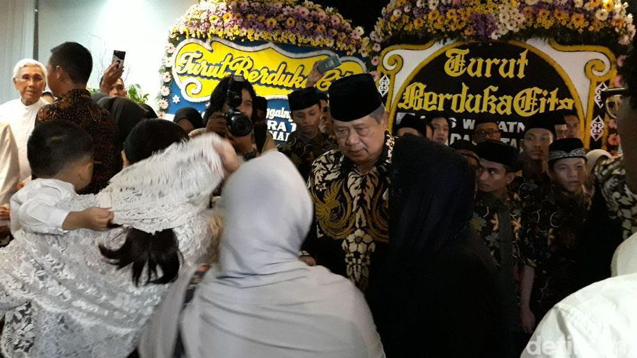 Jenazah Menantu Hatta Rajasa Tiba di Rumah Duka, SBY Melayat https://t.co/3EiQeZCcq1 https://t.co/rEfwiL6VOH