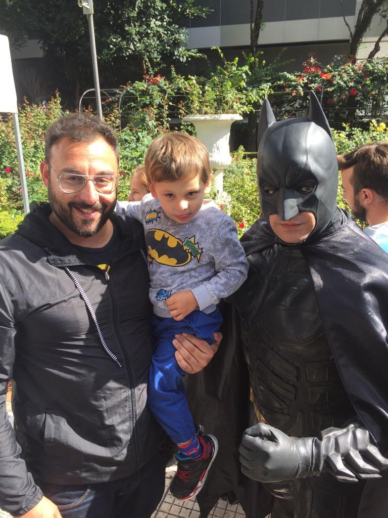 Os Heróis do Bem também estão na Casa das Rosas, na Avenida Paulista, 37, para o aniversário da BandNews FM. O Batman mal chegou e já recebeu o carinho de um fã mirim. #bnfm13anos