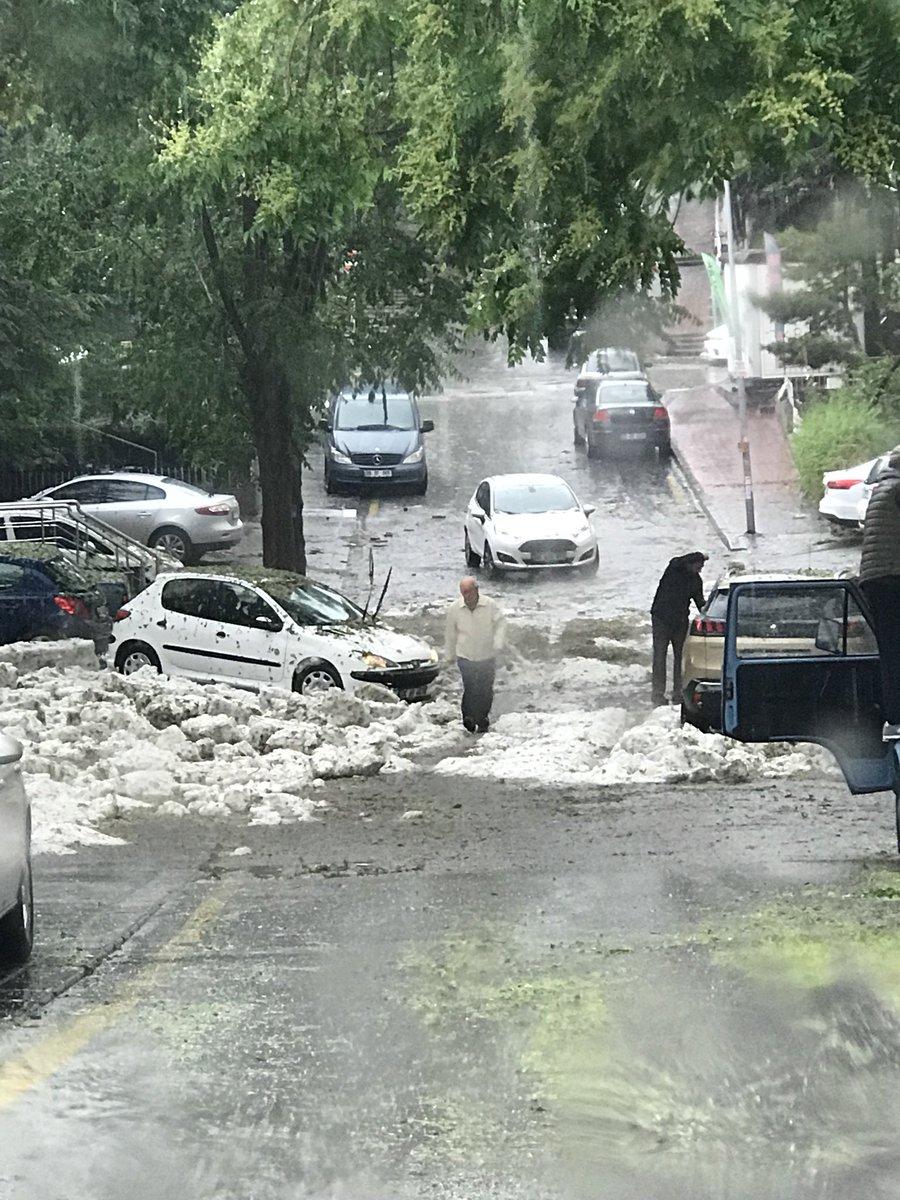 Ankara Ayrancı da bir sokak... yerdeki beyazlar dolu...
