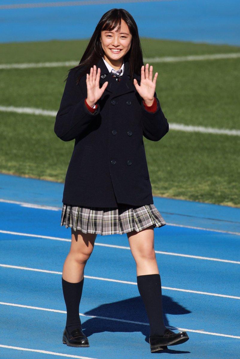 ミニスカート姿の大友花恋さん