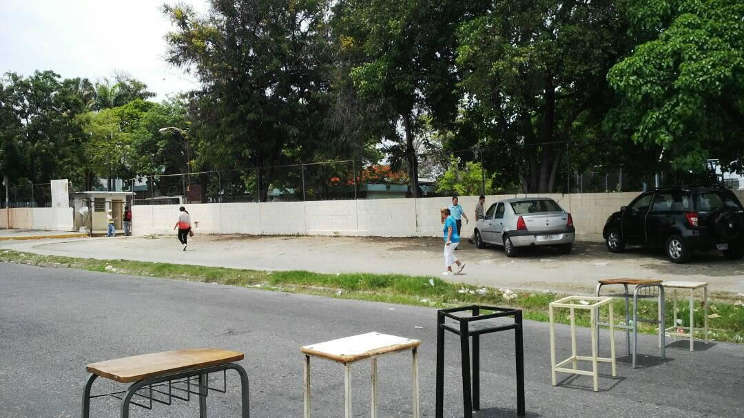 Esto es en Maracay, Sector Las Acacias, Liceo José Luis Ramos. Una multitud indetenible yendo a votar.
