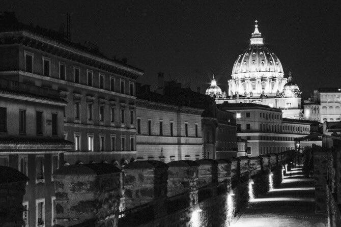 Passetto di Borgo è oggi percorribile come passaggio merlato sulle mura medievali di Borgo in Vaticano. La vista è superba e sembra un film in bianco e nero #roma #romeisus #romaconimieiocchi @flaucy65 @MolaschiClara @romewise @caputmundiHeidi @f_girasole @fiorillomanuel1