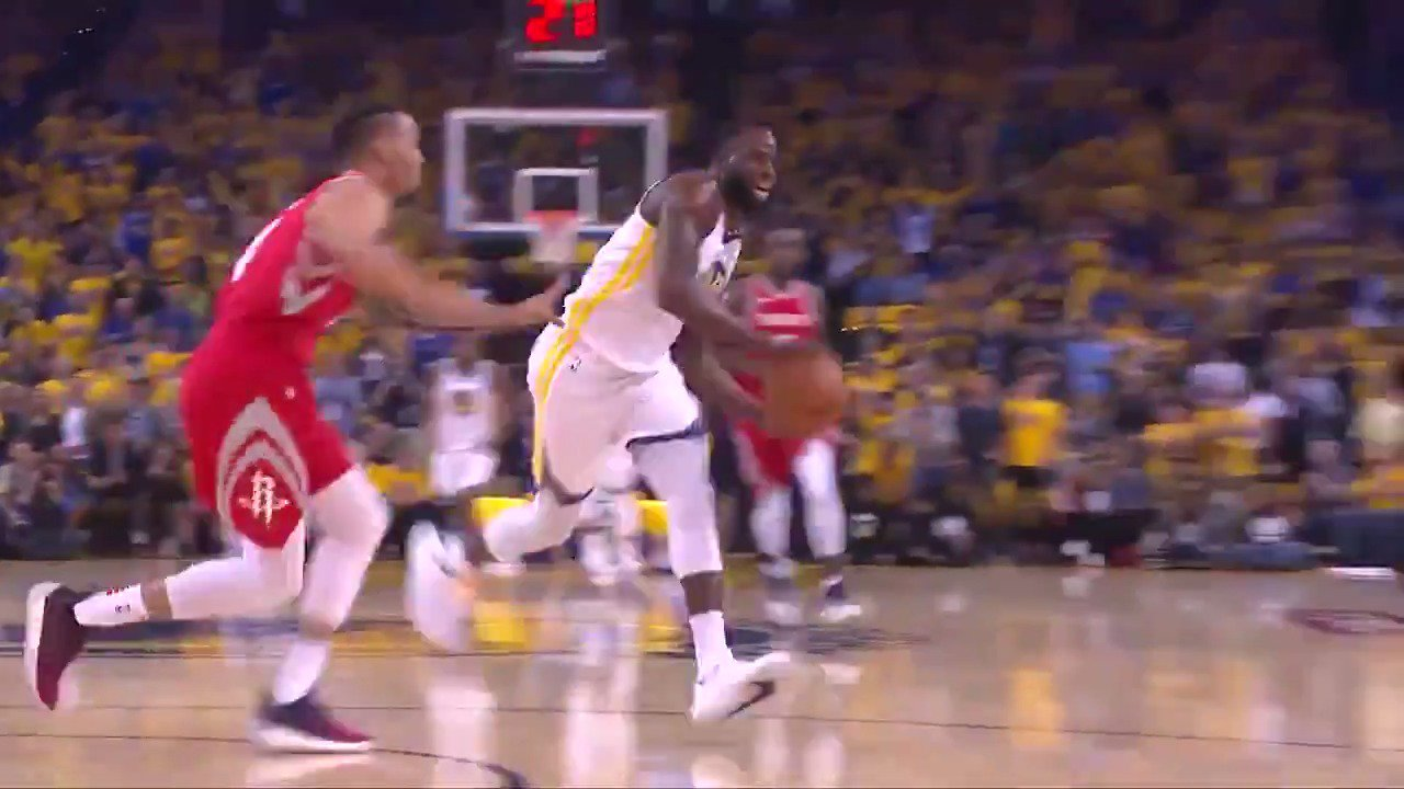 Draymond Green finds Klay Thompson back door for the #AssistOfTheNight! #DubNation https://t.co/mrSEmyBrnr